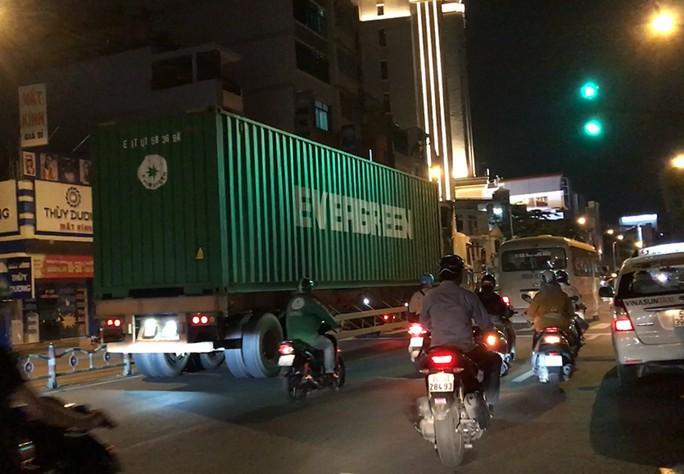 Có nên cấm xe tải nặng vào nội đô?: Nên có nhiều giải pháp phù hợp - Ảnh 1.