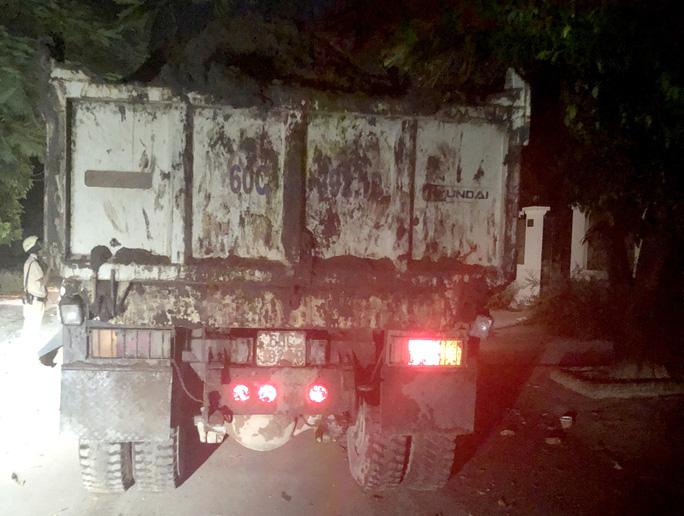 Mật phục bắt xe ben lộng hành ở quận 9 - Ảnh 1.