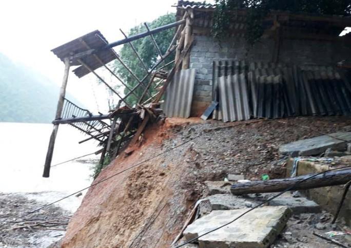 Kinh hoàng cảnh ngôi nhà 2 tầng bất ngờ đổ xuống sông Lò - Ảnh 6.