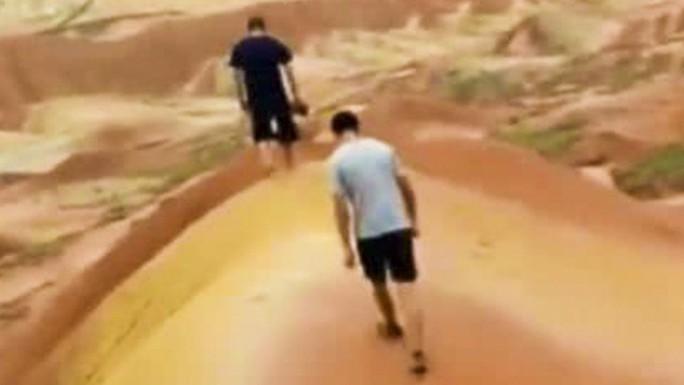 """Trung Quốc: Du khách """"khoe"""" clip phá hoại khu đất cổ 200.000 tuổi - Ảnh 1."""