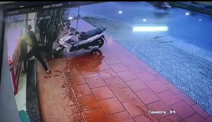 Trộm, cướp tiệm vàng táo tợn ở Quảng Nam - Ảnh 2.