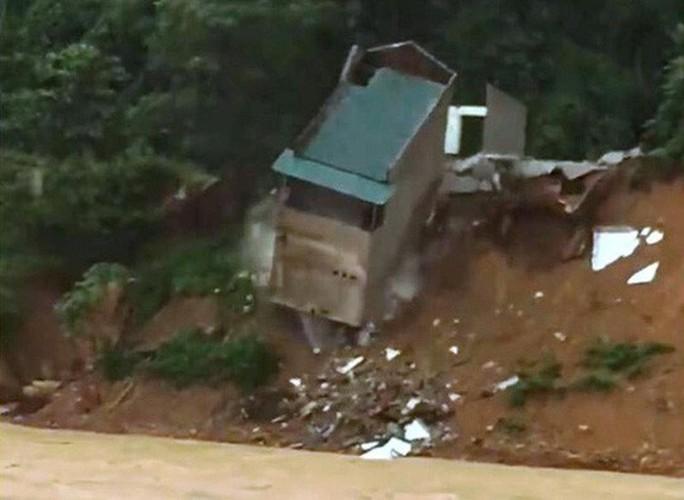 Kinh hoàng cảnh ngôi nhà 2 tầng bất ngờ đổ xuống sông Lò - Ảnh 2.