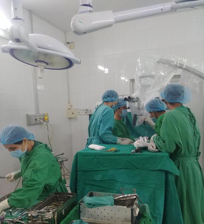 Thoát bại liệt nhờ ca phẫu thuật u tủy cột sống kéo dài 3 giờ - Ảnh 1.