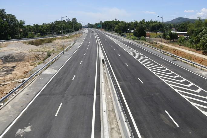 Ngắm cao tốc hơn 34.500 tỉ đầu tiên ở miền Trung trước ngày thông xe - Ảnh 12.