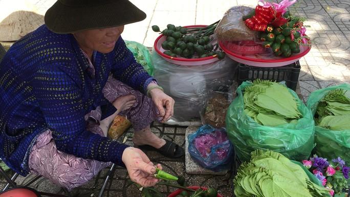 Độc đáo chợ trầu cau giữa lòng Sài Gòn - Ảnh 2.