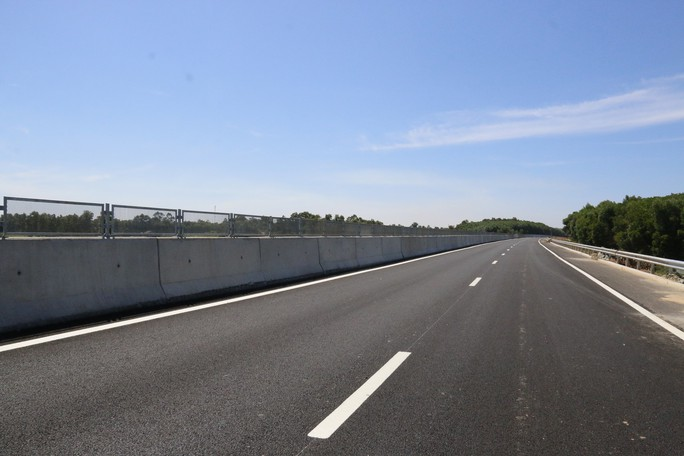 Ngắm cao tốc hơn 34.500 tỉ đầu tiên ở miền Trung trước ngày thông xe - Ảnh 2.