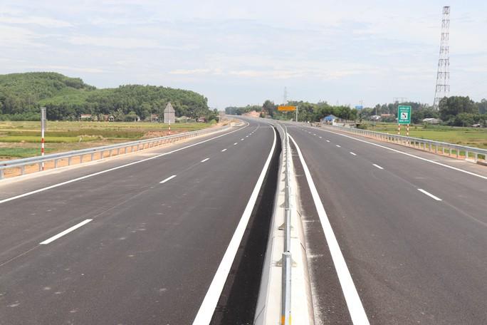 Ngắm cao tốc hơn 34.500 tỉ đầu tiên ở miền Trung trước ngày thông xe - Ảnh 1.