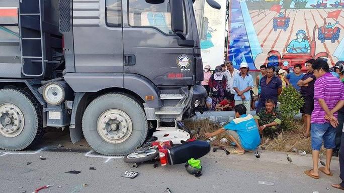Xe ben càn xe máy, 2 người tử vong tại chỗ - Ảnh 1.