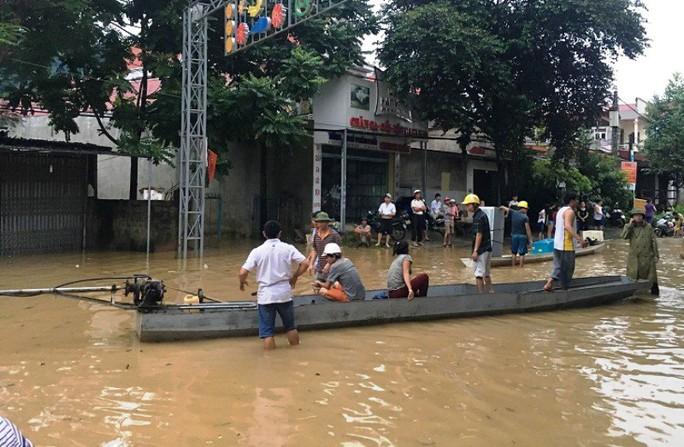 Lũ xô đổ cầu treo, nước ngập lên tới nóc nhà - Ảnh 6.