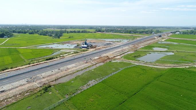 Ngắm cao tốc hơn 34.500 tỉ đầu tiên ở miền Trung trước ngày thông xe - Ảnh 4.