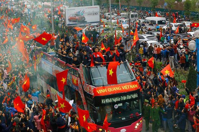 Xem xét dùng xe buýt 2 tầng đón tuyển Olympic Việt Nam - Ảnh 2.