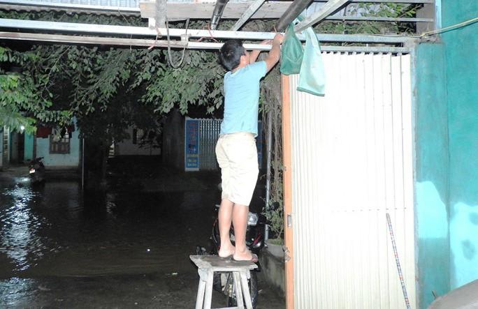 Lũ xô đổ cầu treo, nước ngập lên tới nóc nhà - Ảnh 9.