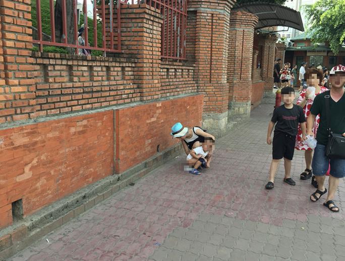 Du khách Trung Quốc ở Nha Trang: Hàng loạt hình ảnh phản cảm - Ảnh 3.