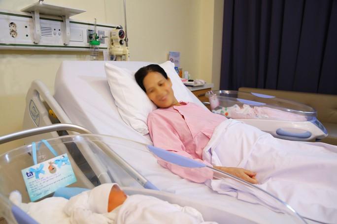 Mẹ 53 tuổi hiếm muộn sinh đôi sau khi mất con trai vì tai nạn giao thông - Ảnh 3.