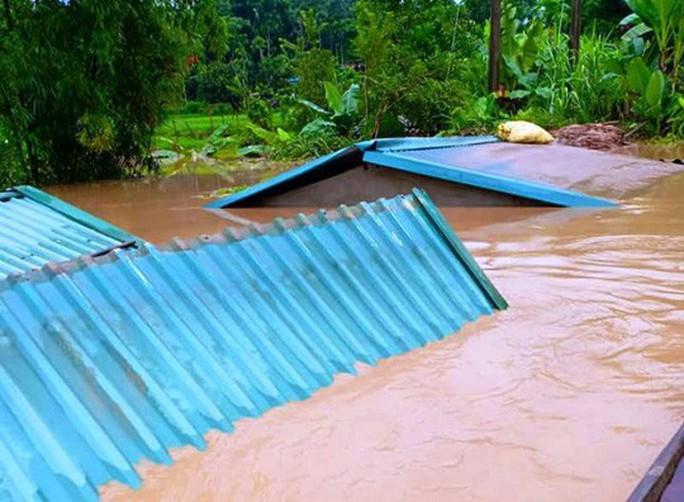 Lũ xô đổ cầu treo, nước ngập lên tới nóc nhà - Ảnh 1.