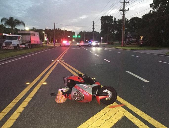Ca sĩ đầu thú cảnh sát sau khi tông xe bỏ chạy - Ảnh 1.