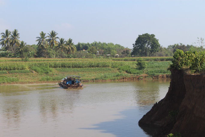 Nhói lòng trước vùng sạt lở dọc sông Đồng Nai - Ảnh 2.