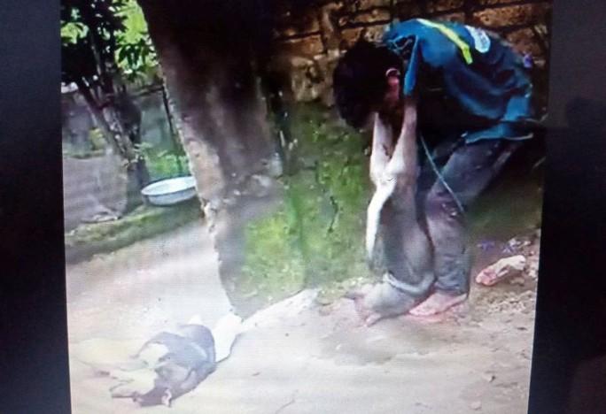 Trộm chó bị dân vây bắt, đánh hội đồng và cột chó vào cổ - Ảnh 1.