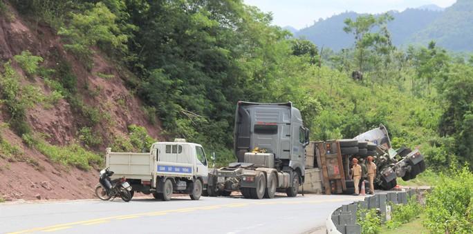Xe tải lao vào vách núi, tài xế mắc kẹt trong cabin - Ảnh 2.