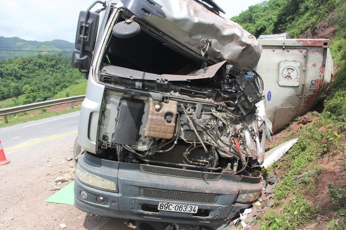 Xe tải lao vào vách núi, tài xế mắc kẹt trong cabin - Ảnh 1.