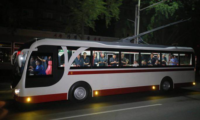 Chuyến thị sát nhiều nụ cười của ông Kim Jong-un - Ảnh 1.
