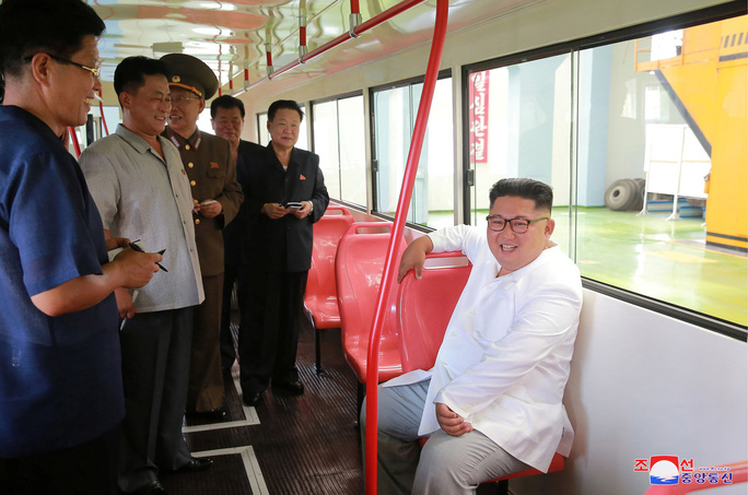Chuyến thị sát nhiều nụ cười của ông Kim Jong-un - Ảnh 3.