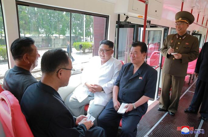 Chuyến thị sát nhiều nụ cười của ông Kim Jong-un - Ảnh 4.