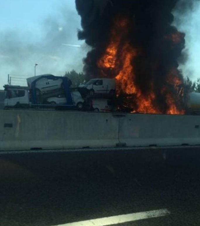 Hai xe tải lao vào nhau, đường cao tốc mịt mù khói lửa - Ảnh 5.