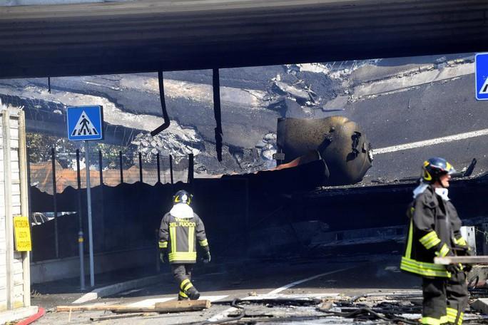 Hai xe tải lao vào nhau, đường cao tốc mịt mù khói lửa - Ảnh 9.