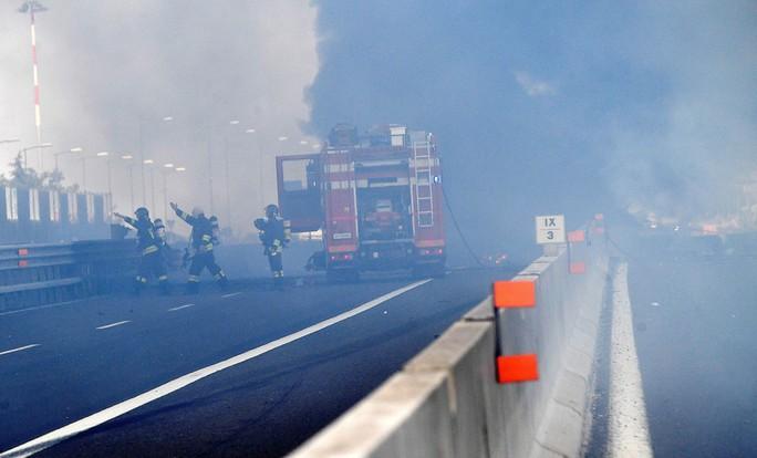 Hai xe tải lao vào nhau, đường cao tốc mịt mù khói lửa - Ảnh 6.