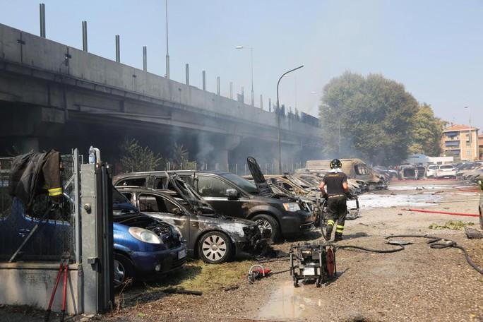 Hai xe tải lao vào nhau, đường cao tốc mịt mù khói lửa - Ảnh 7.