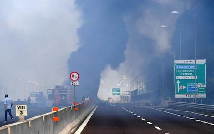 Hai xe tải lao vào nhau, đường cao tốc mịt mù khói lửa - Ảnh 8.