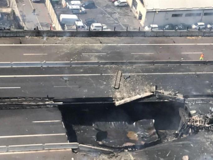 Hai xe tải lao vào nhau, đường cao tốc mịt mù khói lửa - Ảnh 11.