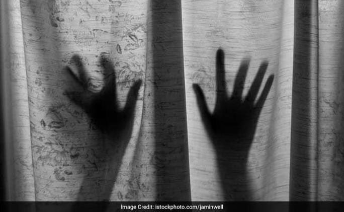 Bé gái bị pháp sư bắt làm nô lệ tình dục 15 năm - Ảnh 1.