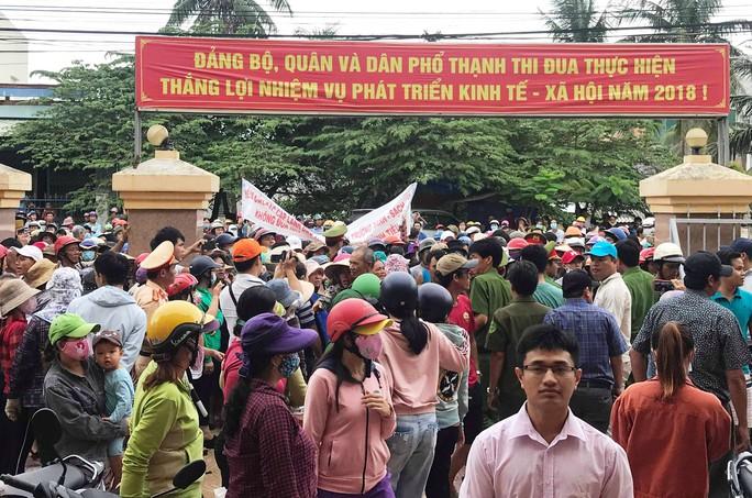 Quảng Ngãi: Dân vây lãnh đạo huyện sau buổi đối thoại về ô nhiễm môi trường - Ảnh 1.