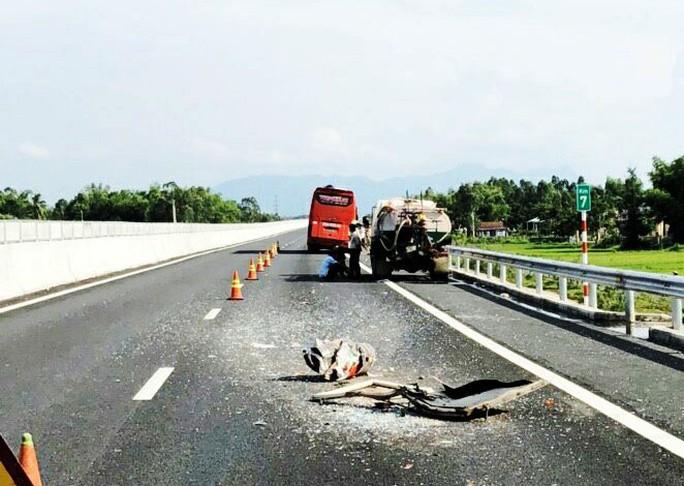 Va chạm trên đường cao tốc Đà Nẵng- Quảng Ngãi: 50 hành khách một phen hú vía - Ảnh 2.