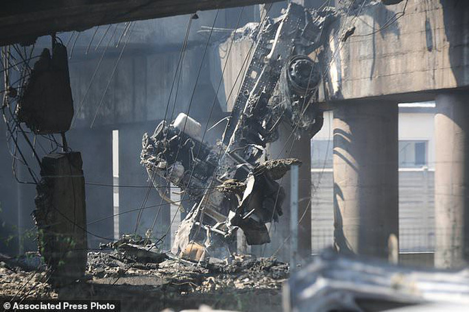 Clip xe chở dầu nổ tung làm sập cầu, hơn 62 người thương vong - Ảnh 5.