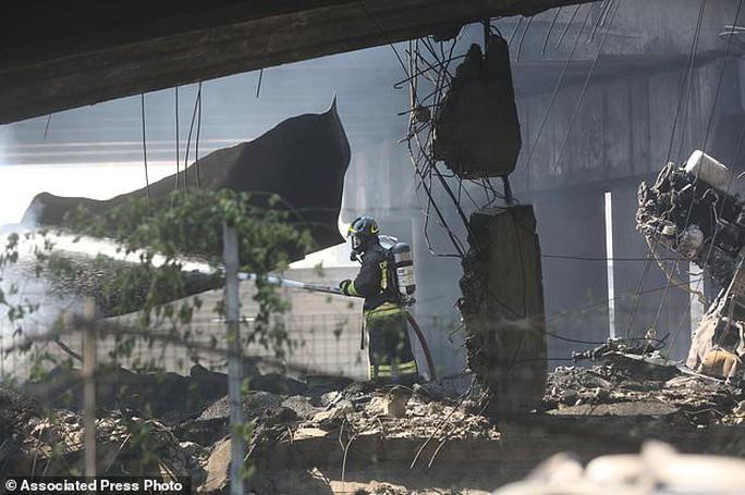 Clip xe chở dầu nổ tung làm sập cầu, hơn 62 người thương vong - Ảnh 4.