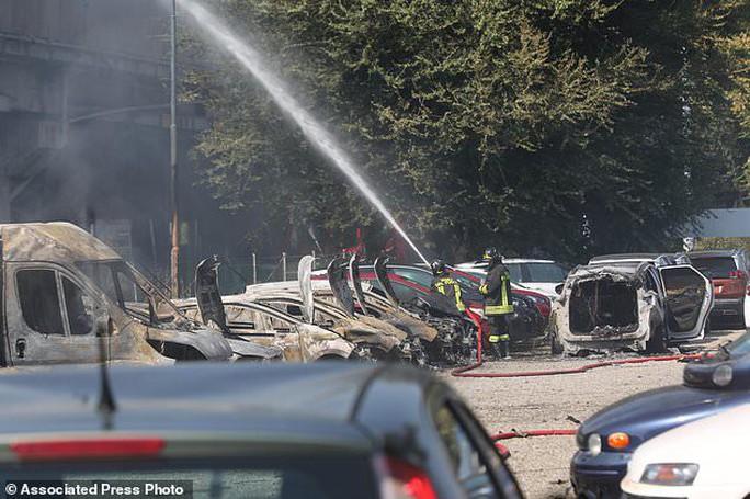 Clip xe chở dầu nổ tung làm sập cầu, hơn 62 người thương vong - Ảnh 3.