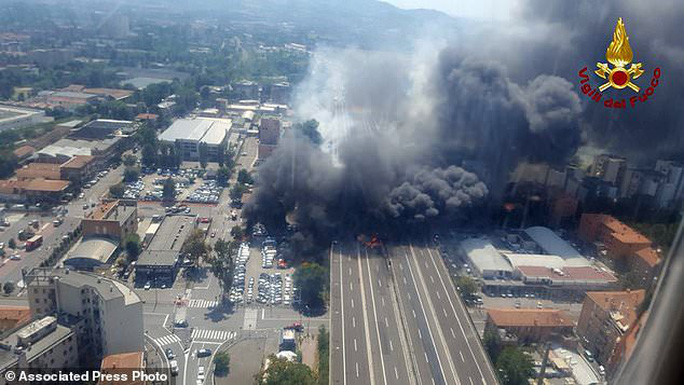 Clip xe chở dầu nổ tung làm sập cầu, hơn 62 người thương vong - Ảnh 6.