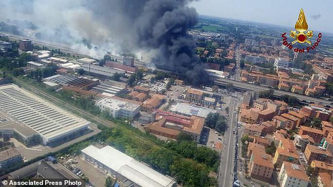Clip xe chở dầu nổ tung làm sập cầu, hơn 62 người thương vong - Ảnh 7.