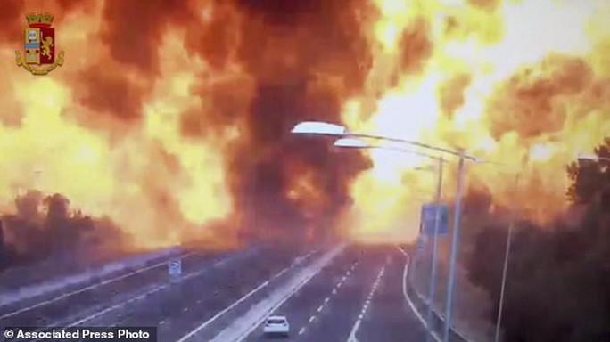 Clip xe chở dầu nổ tung làm sập cầu, hơn 62 người thương vong - Ảnh 2.