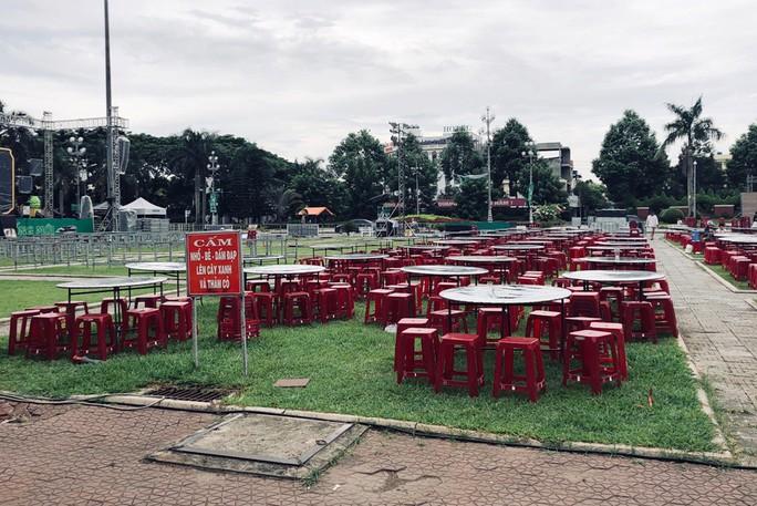 Dân bức xúc vì quảng trường tỉnh bị dựng hàng rào tổ chức sự kiện - Ảnh 3.