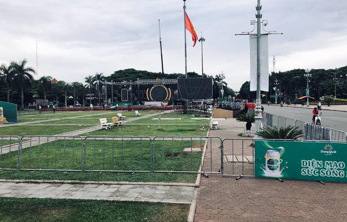 Dân bức xúc vì quảng trường tỉnh bị dựng hàng rào tổ chức sự kiện - Ảnh 1.