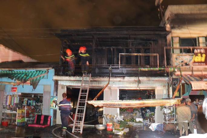 Cháy rụi 2 căn nhà gần ga tàu trong đêm ở Đà Lạt - Ảnh 1.
