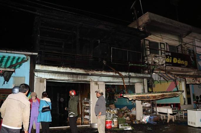 Cháy rụi 2 căn nhà gần ga tàu trong đêm ở Đà Lạt - Ảnh 2.