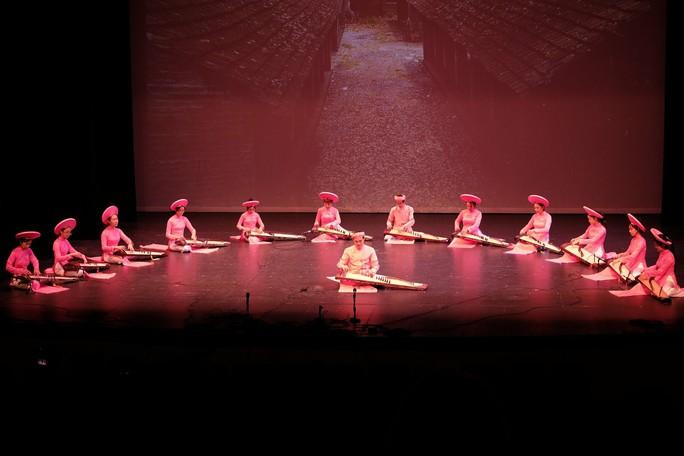 Đông Quân bị mê hoặc bởi âm nhạc truyền thống Việt Nam tại Mỹ - Ảnh 2.
