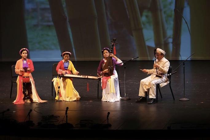 Đông Quân bị mê hoặc bởi âm nhạc truyền thống Việt Nam tại Mỹ - Ảnh 3.