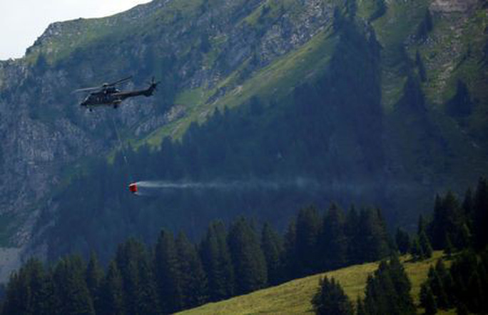 Thụy Sĩ điều trực thăng quân sự chuyển nước cho bò uống - Ảnh 2.