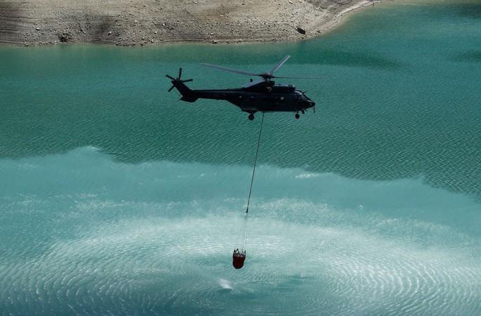 Thụy Sĩ điều trực thăng quân sự chuyển nước cho bò uống - Ảnh 3.